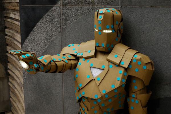 Геройская экипировка из бумаги и алюминиевых листов