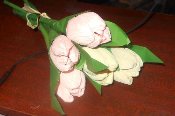 Несколько тюльпанов из тисненой бумаги