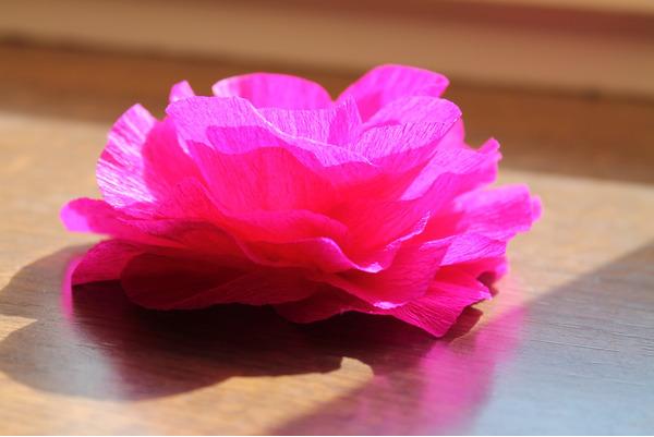 Легкие цветы из гофрированной бумаги