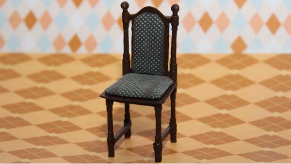 Кукольный стул может выглядеть совсем как настоящий. Для этого потребуется только немного терпения и любые подручные материалы
