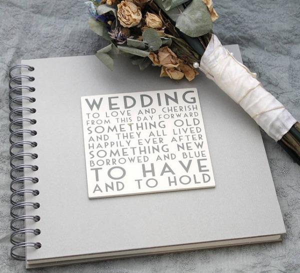 Делая свадебный альбом лучше выбирать светлые цвета, подбирая декор в нежных тонах