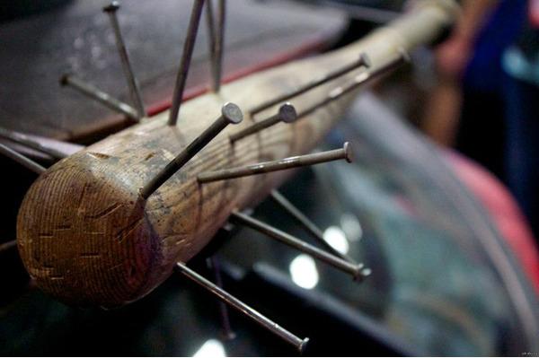 Декорированная гвоздями бейсбольная бита, часто используется хулиганами для совершения нападений. Также такой инвентарь может послужить предметом самозащиты.