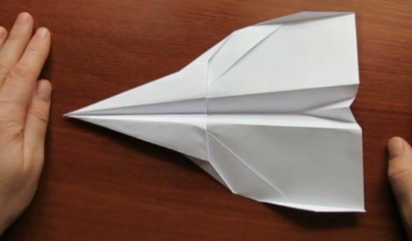 Бумажный самолётик с названием Страйк-игл