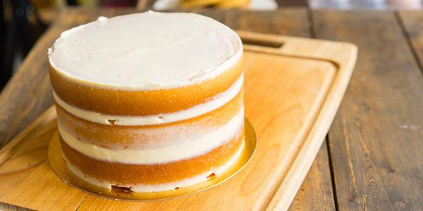 Бисквитные коржи с кремом, сложенные в торт