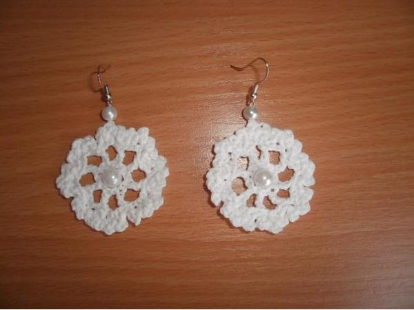 Вязаные сережки в форме цветочка с бусинкой